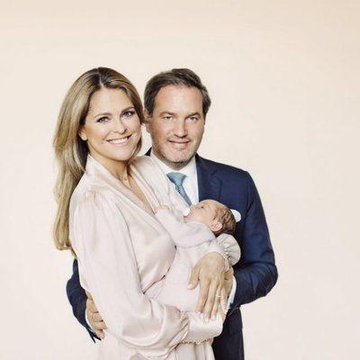 Adrienne de Suecia con días de vida junto a Magdalena de Suecia y Chris O'Neill