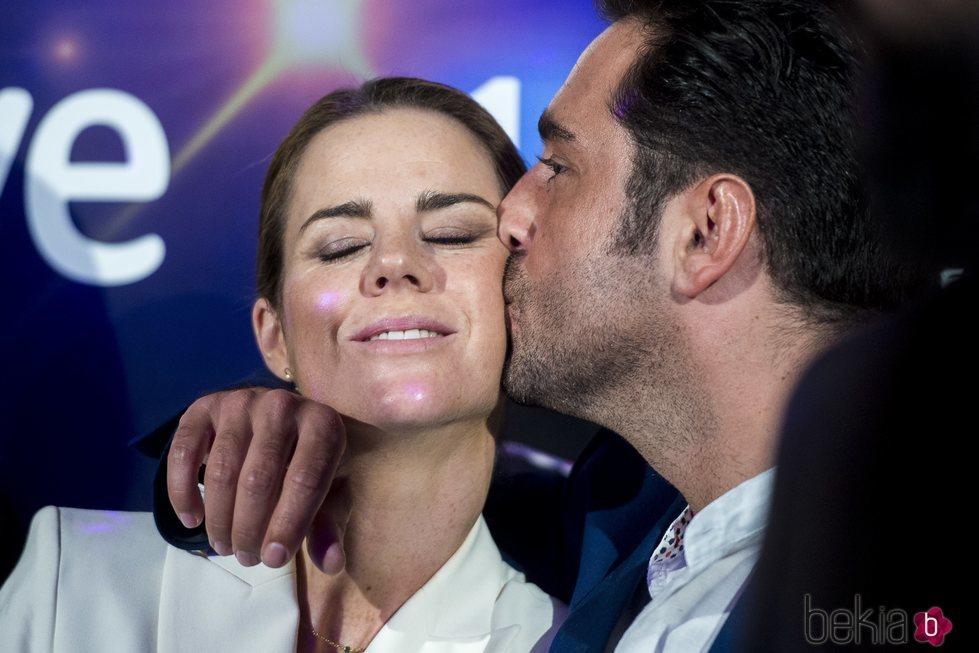David Bustamante dando un beso a Amelia Bono en la presentación de 'Bailando con las estrellas'