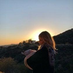 Natasha Bedingfield con su primer hijo en brazos