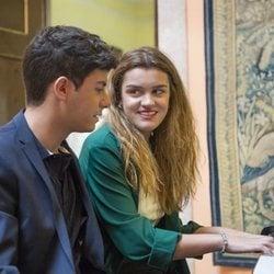 Amaia y Alfred sentados al piano en la embajada de España en Portugal antes de Eurovisión 2018