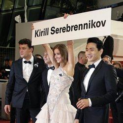 Irina Starshenbaum protestando por la libertad de Krill Serebrennikov en el Festival de Cannes de 2018