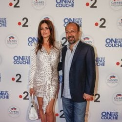 Penélope Cruz y Asghar Farhadi en el photocall de 'We Are Not Lying' en el Festival de Cannes de 2018