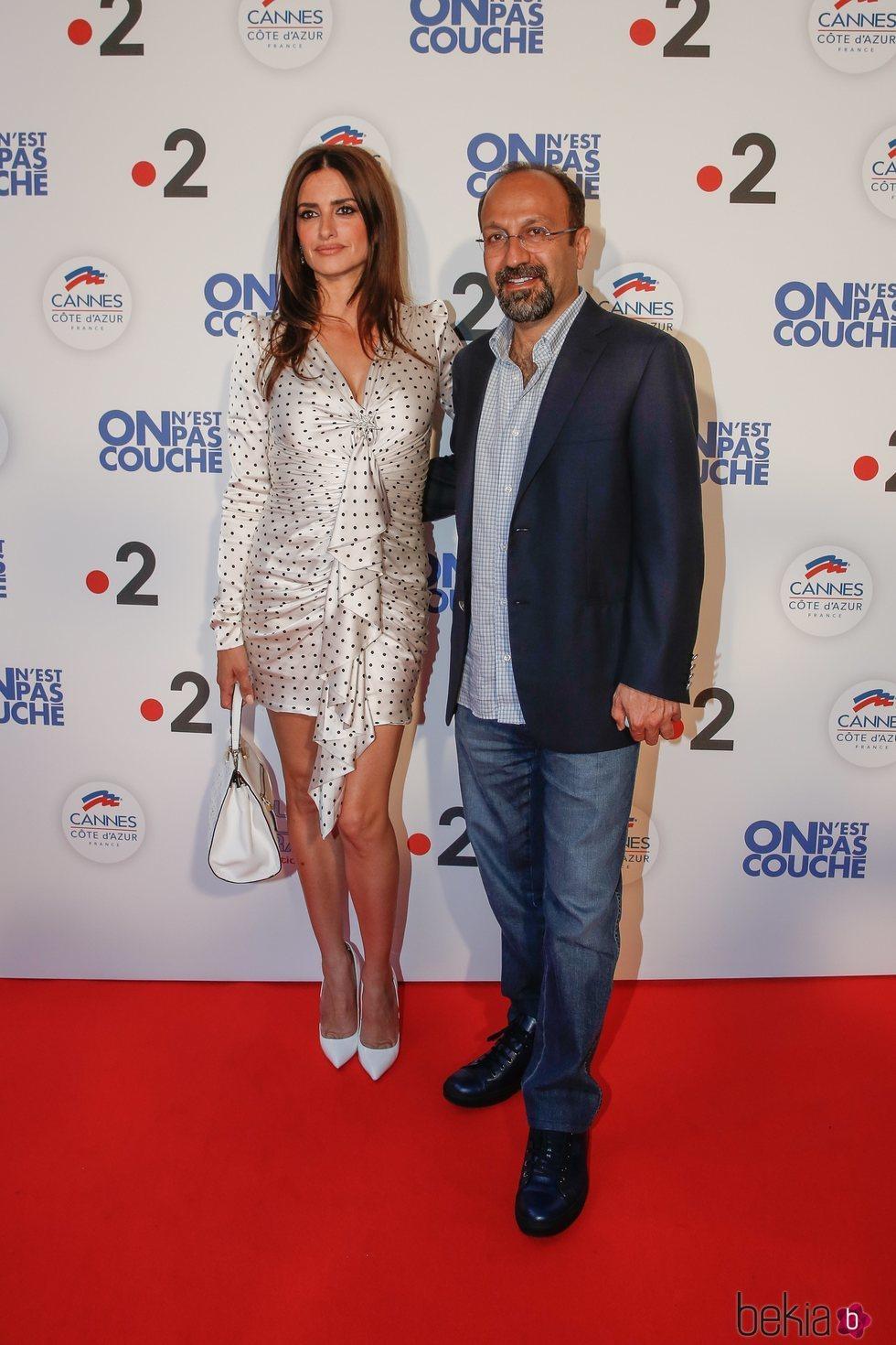 Penélope Cruz y Asghar Farhadi en el photocall de 'We Are Not Lying' en el Festival de Cannes de 2018