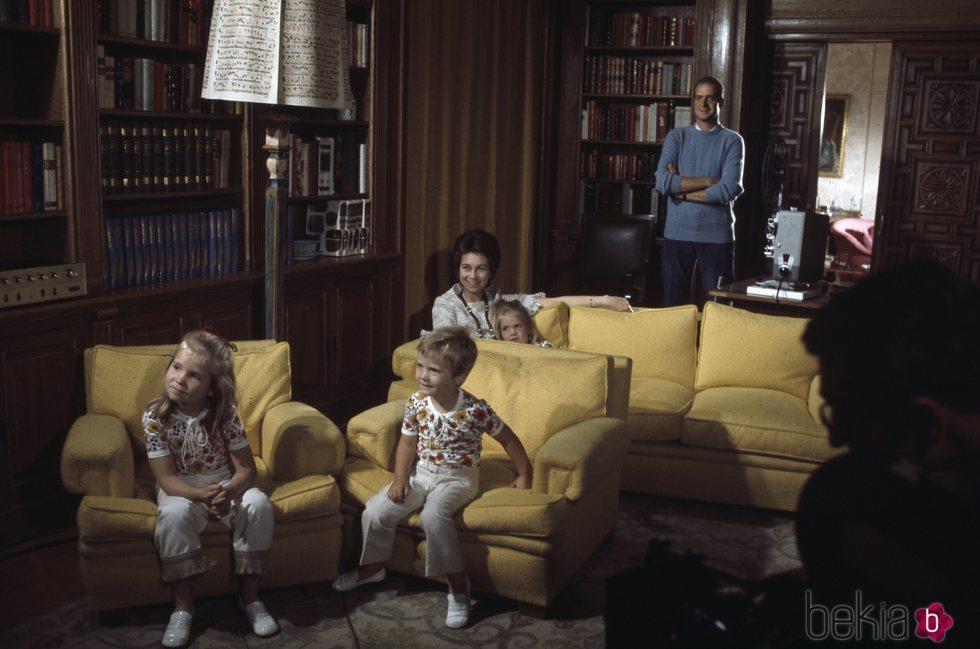 Los Reyes Juan Carlos y Sofía con sus hijos cuando eran pequeños viendo una película