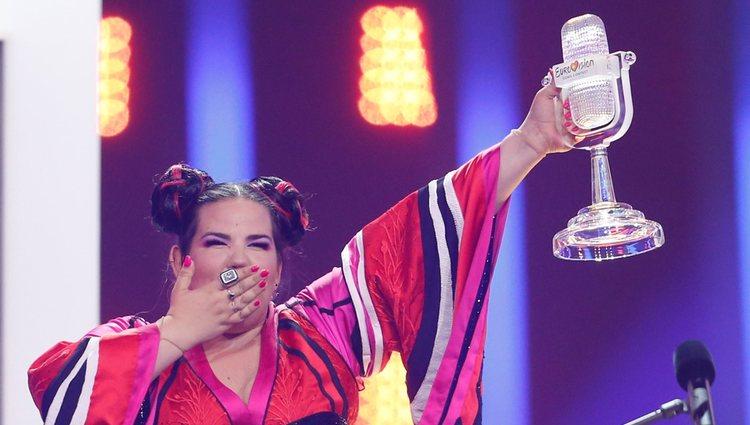 Netta con el micrófono de ganadora de Eurovisión 2018