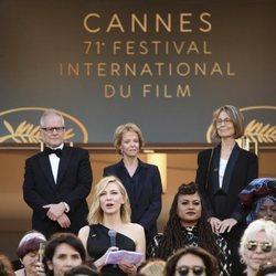 Cate Blanchett pronunciando un discurso en la alfombra roja del Festival de Cannes 2018
