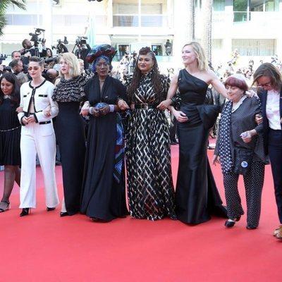 Cate Blanchett junto a varias mujeres del mundo del cine en la alfombra roja del Festival de Cannes 2018