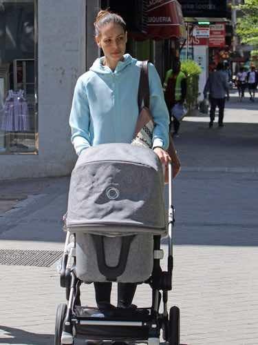 Eva González paseando a su hijo Cayetano Rivera por las calles de Madrid