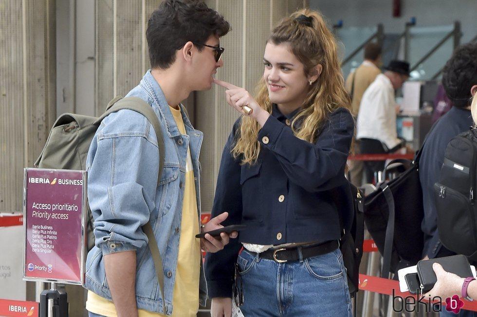 Amaia y Alfred muy cariñosos en el aeropuerto de Lisboa tras Eurovisión 2018
