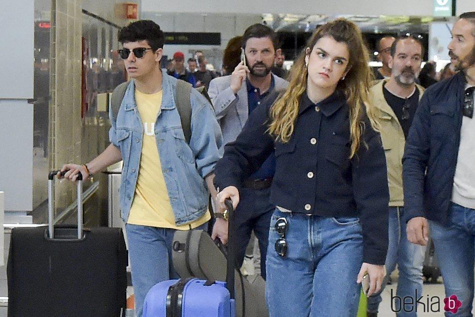 Amaia y Alfred llegando al aeropuerto de Lisboa tras Eurovisión 2018