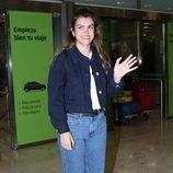 Amaia saludando a los fans en el aeropuerto de Madrid a su vuelta a España tras Eurovisión 2018