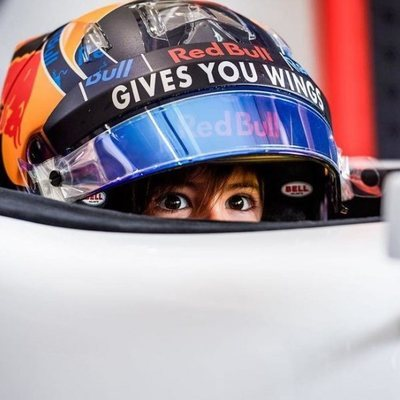 Milan Piqué en el coche de Lewis Hamilton en el GP de España 2018