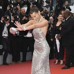 Bella Hadid en la alfombra roja de la película 'BlacKkKlansman' en el Festival de Cannes de 2018