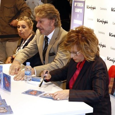 Carmen Borrego con María Teresa Campos y Bigote Arrocet en su firma de discos en Madrid
