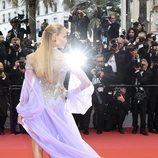 Natasha Poly en la alfombra roja de la película 'BlacKkKlansman' con la espalda descubierta en el Festival de Cannes de 2018