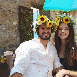 Carlos Felipe y Sofía de Suecia posan divertidos con flores en la cabeza