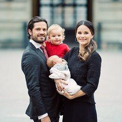Carlos Felipe y Sofía de Suecia posan con sus hijos en brazos