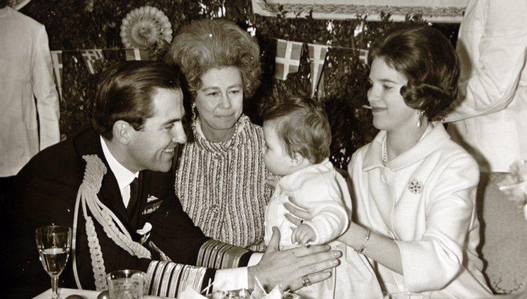 Constantino y Ana María de Grecia con su hijo Pablo y la Reina Federica