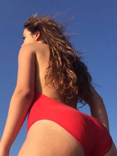 Amaia Romero posando en bañador