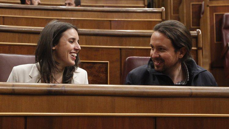 Pablo Iglesias e Irene Montero durante una sesión en el Parlamento