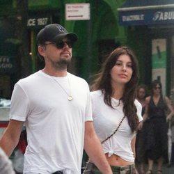Leonardo DiCaprio y Camila Morrone paseandopor Nueva York