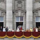 El Príncipe Guillermo y Kate Middleton se besan en su boda ante sus familias