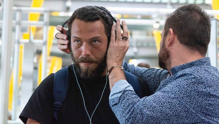 Alberto Isla con los cascos en el aeropuerto tras su expulsión de 'Supervivientes 2018'