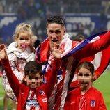 Fernando Torres celebrando la tercera Europa League del Atlético de Madrid con sus tres hijos