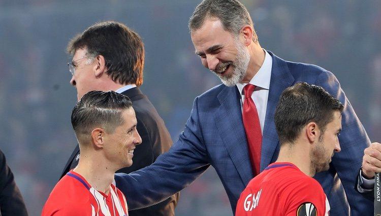 El Rey Felipe felicitando a Fernando Torres tras ganar la Europa League con el Atlético de Madrid