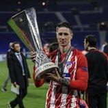 Fernando Torres con su trofeo de la Europa League tras ganar con el Atlético de Madrid