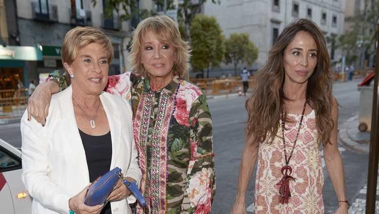 Chelo García Cortés, Mila Ximénez y María Patiño llegando a la fiesta de Belén Esteban tras ganar su batalla judicial a Toño Sanchís