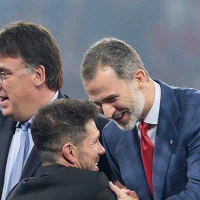 El Rey Felipe felicitando a Diego Simeone por la tercera Europa League del Atlético de Madrid