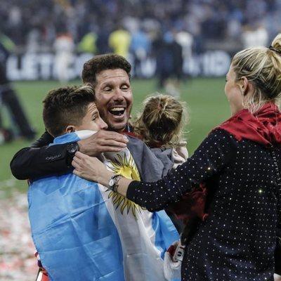 Diego Simeone con Carla Pereyra y sus hijos tras la victoria del Atlético de Madrid en la Europa League