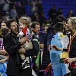 Diego Simeone con su hija Francesca y su pareja Carla Pereyra celebrando la Europa League 2018 del Atlético de Madrid