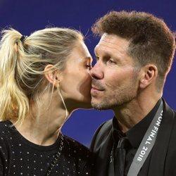 Carla Pereyra dando un beso a Diego Simeone tras la victoria del Atlético de Madrid en la Europa League 2018