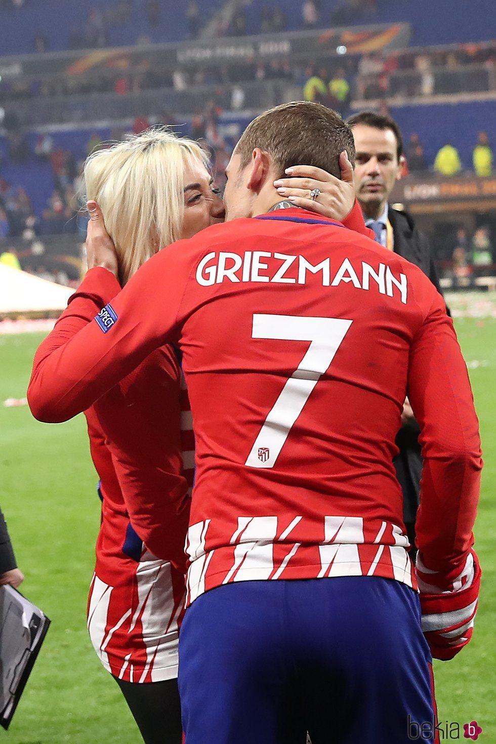 Antoine Griezmann besándose con su mujer tras la victoria del Atlético de Madrid