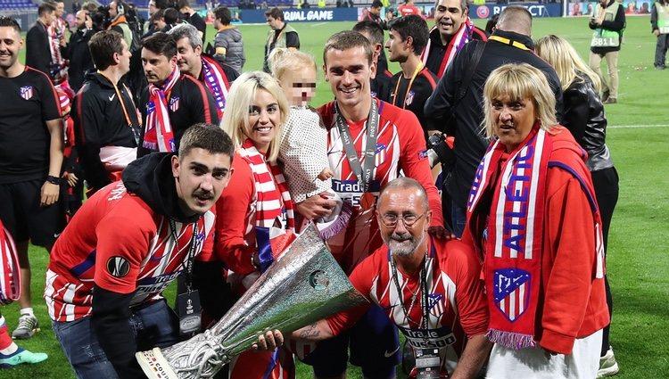 Antoine Griezmann celebrando con su familia la Europa League 2018