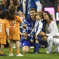 Iker Casillas y Sara Carbonero con sus hijos Lucas y Martín celebrando la victoria del Oporto