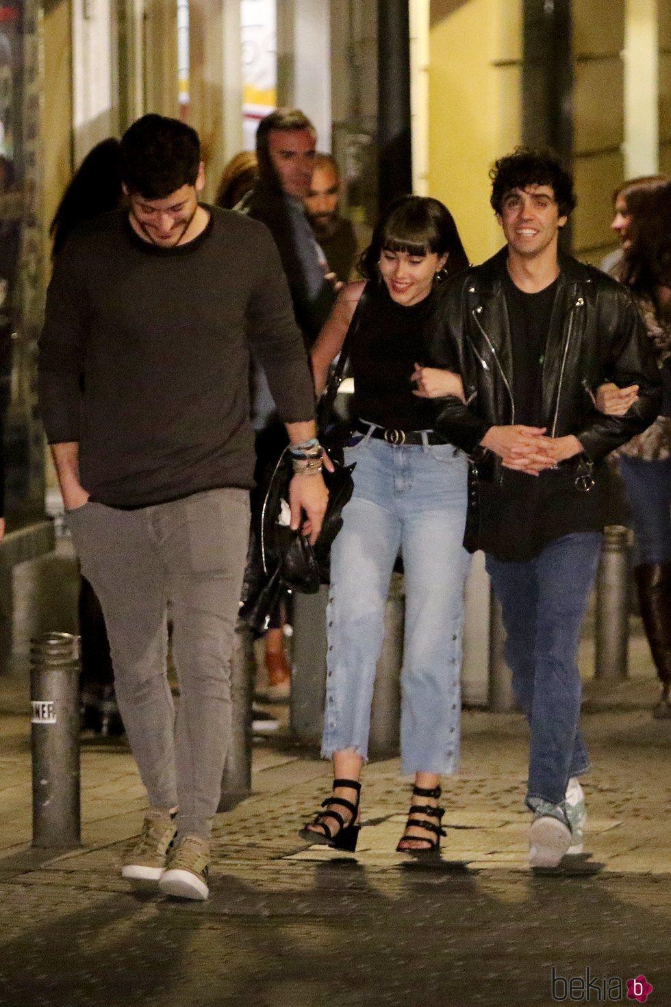 Cepeda, Aitana y Javier Ambrossi acudiendo al musical 'La Llamada'