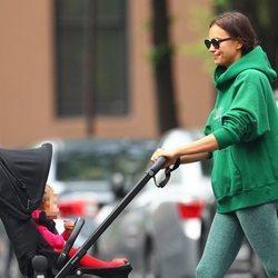 Irina Shayk, muy feliz dando un paseo a su hija Lea