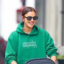 Irina Shayk, muy sonriente de paseo con su hija Lea