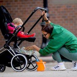 Irina Shayk buscando una cosa en el carro de su hija