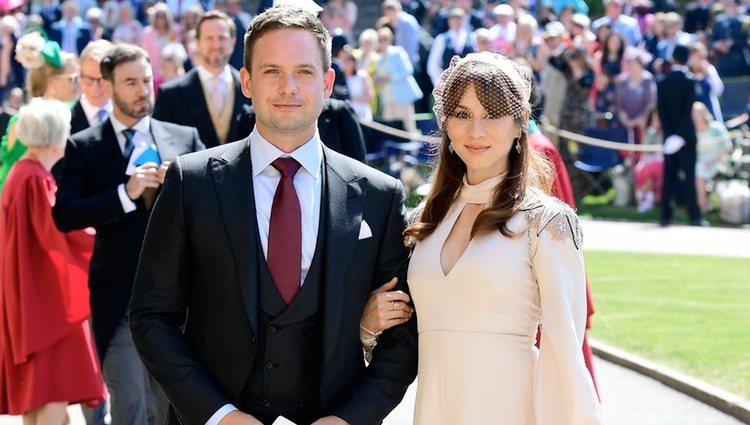 Patrick J. Adams y Troian Bellisario en la boda del Príncipe Harry y Meghan Markle