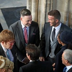 Elton John y David Furnish charlando con David Beckham en la boda del Príncipe Harry y Meghan Markle