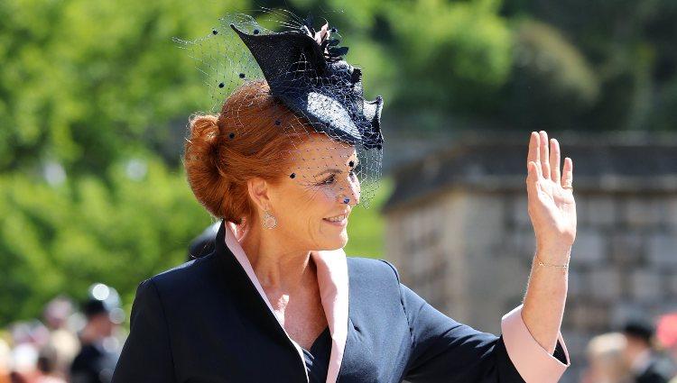 Sarah Ferguson saluda al público en la boda del Príncipe Harry y Meghan Markle