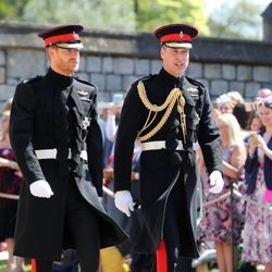 El Príncipe Harry y su hermano el Príncipe Guillermo de Inglaterra llegando a la Capilla de San Jorge