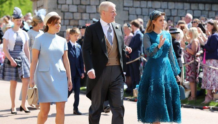 El Príncipe Andrés de Inglaterra con sus hijas Beatriz y Eugenia en la boda del Príncipe Harry y Guillermo de Inglaterra