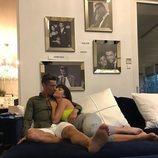 Georgina Rodríguez y Cristiano Ronaldo abrazados en el sofá de su casa