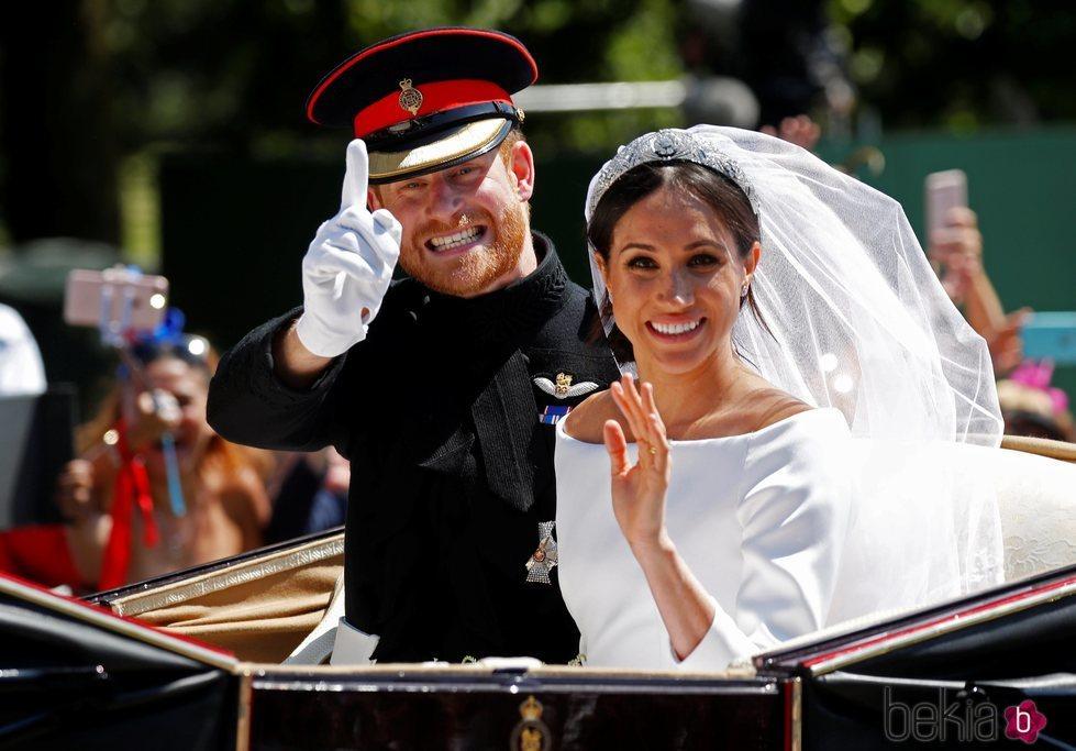 El Príncipe Harry de Inglaterra y Meghan Markle en una foto divertida en su boda