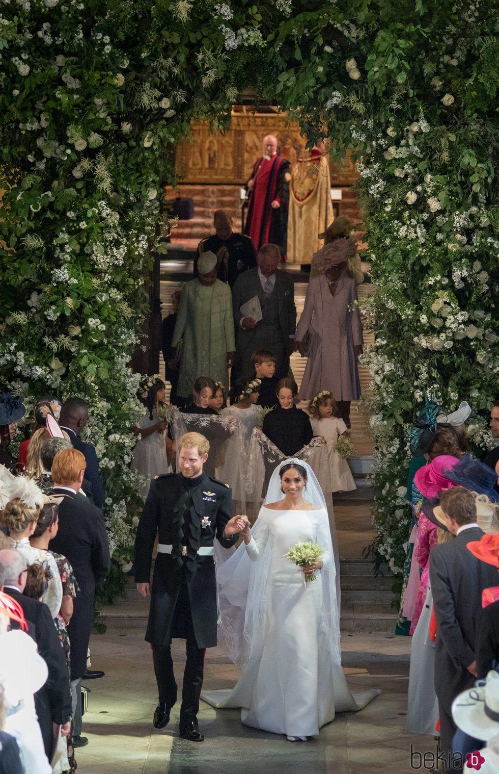 El Príncipe Harry y Meghan Markle convertidos en marido y mujer tras su boda con las damas y los pajes detrás